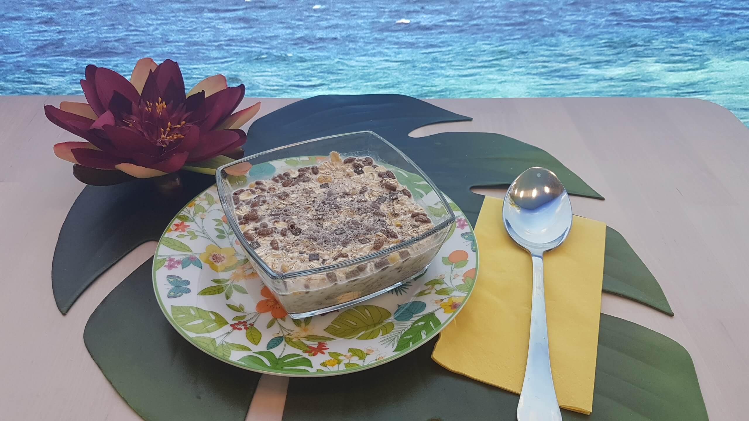 Muesli mit Milch und verschiedenen Cerealien Cafe Yellowbrasil